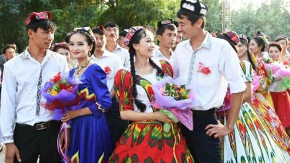 Tân Cương khuyến khích người dân tộc thiểu số cưới người Hán ảnh 1