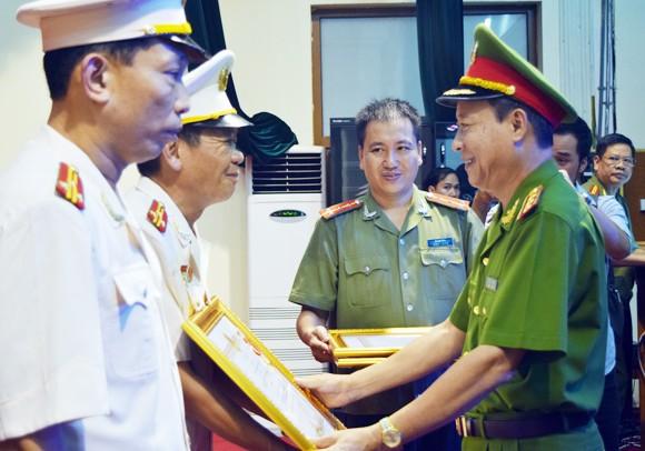 Thượng tướng Lê Quý Vương, Ủy viên Trung ương Đảng, Thứ trưởng Bộ Công an trao Huân chương chiến công hạng Ba cho 3 cá nhân thuộc Công an Hà Nội. Ảnh: PHÚ KHÁNH