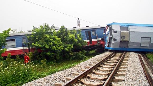 Tai nạn đường sắt nghiêm trọng: Đầu tàu văng khỏi đường ray ảnh 1