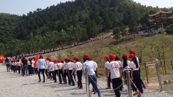 Các em học sinh trường Tiểu học Chu Văn An (Quảng Bình) đến viếng Đại tướng và tổ chức Lễ kết nạp Đội viên mới