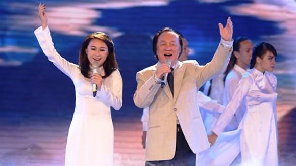 """NSND Trung Kiên cùng cháu gái Thiện Thanh trình diễn """"Tự nguyện"""" trên phần đệm đàn piano của nhạc sĩ Quốc Trung"""
