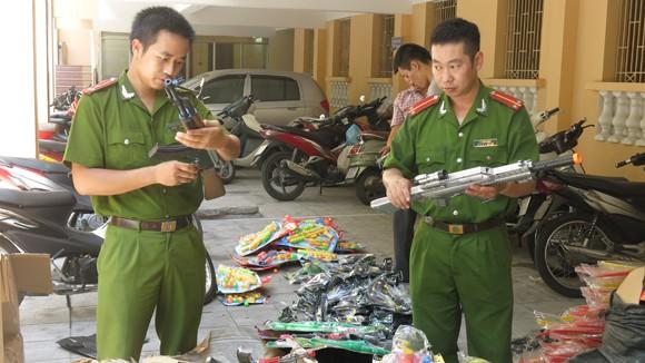 CAQ Hoàn Kiếm phát hiện, thu giữ hàng chục vụ mua bán hàng hóa không rõ nguồn gốc, trong đó có nhiều loại mặt hàng là đồ chơi bạo lực