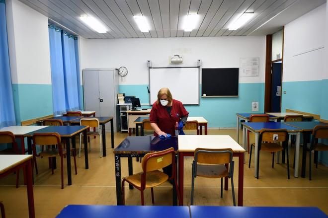 Trường học Italia mở cửa trở lại với… cưa ảnh 1