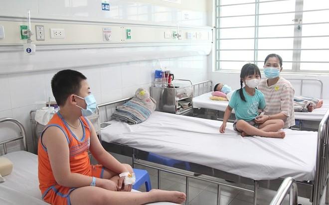 Nhiều gia đình cả nhà cùng mắc sốt xuất huyết, cảnh báo nguy cơ dịch chồng dịch ảnh 1