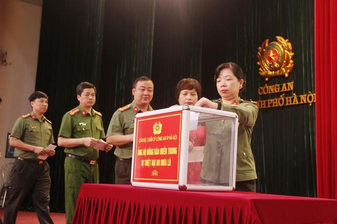 Đoàn công tác Công an Hà Nội lên đường trao quà hỗ trợ đồng bào 7 tỉnh miền Trung ảnh 1