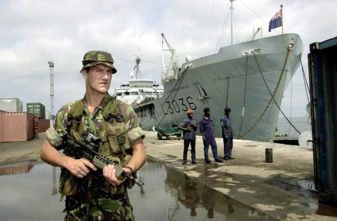 Đặc nhiệm Anh táo bạo đột kích giải cứu con tin ở Sierra Leone ảnh 2