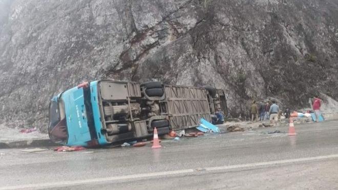 Sau vụ ô tô khách lật nghiêng khiến 2 người tử vong ở Hòa Bình, Bộ Công an chỉ đạo đánh giá an toàn đối với xe giường nằm ảnh 1