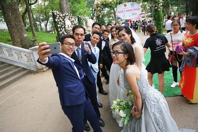 Xúc động đám cưới tập thể của 46 cặp đôi khuyết tật tại Hà Nội ảnh 1