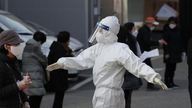 Cảnh báo dịch Covid-19 lây nhiễm ra cộng đồng ở Hàn Quốc ảnh 1