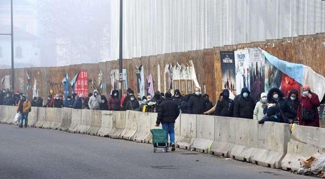 Người dân Italia xếp hàng dài chờ cứu trợ trước dịp Giáng sinh ảnh 1