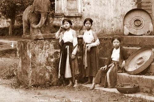 Chuyện chiếc yếm của phụ nữ Việt Nam và chợ yếm phố Hàng Đào xưa ảnh 1