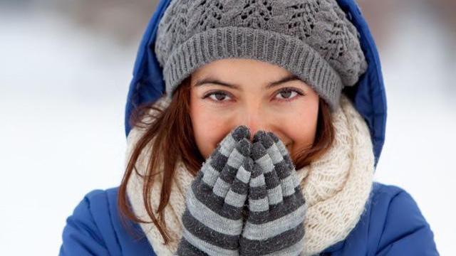 Giữ ấm cơ thể trong ngày rét đậm, rét hại: Nên và không nên ảnh 1
