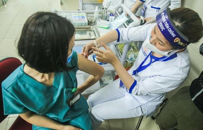 """Hà Nội triển khai tiêm vaccine Covid-19 đợt 1: Tin tưởng độ an toàn và hiệu quả của """"lá chắn"""" ảnh 2"""