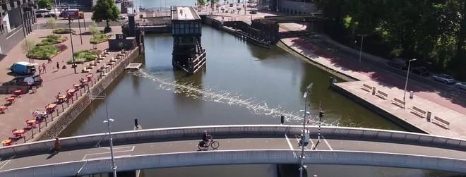 """Rào chắn bong bóng """"bẫy"""" chất thải nhựa trên sông ở Amsterdam ảnh 1"""
