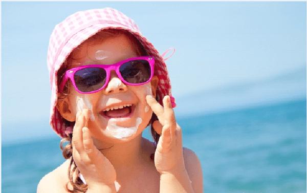 Sử dụng kem chống nắng an toàn và đúng cách cho trẻ ảnh 1