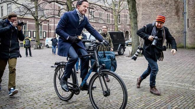 """Hà Lan tăng cường bảo vệ khi Thủ tướng bị tội phạm """"bám đuôi"""" ảnh 1"""