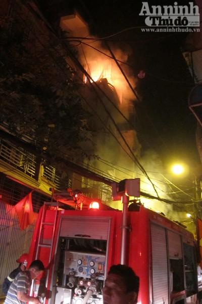 Hãi hùng cảnh ngôi nhà cháy rực, giữa đêm tối mịt mùng ảnh 6