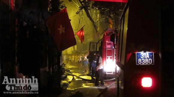 Hãi hùng cảnh ngôi nhà cháy rực, giữa đêm tối mịt mùng ảnh 3