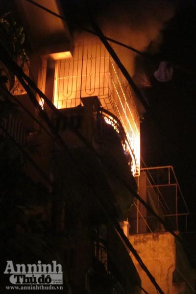Hãi hùng cảnh ngôi nhà cháy rực, giữa đêm tối mịt mùng ảnh 2