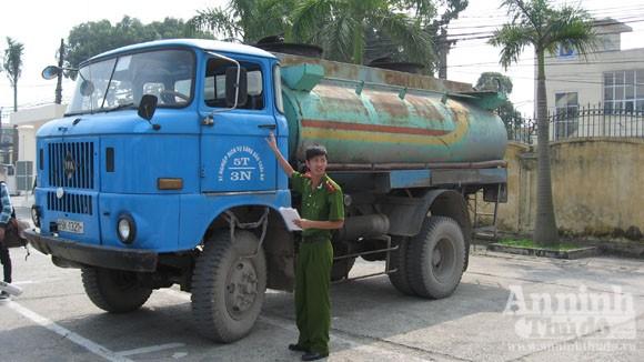"""""""Nát bươm"""" - xe chở xăng vẫn lẻn lỏi giữa Thủ đô ảnh 2"""