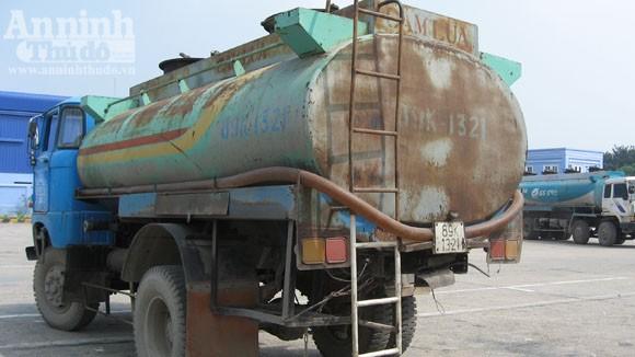 """""""Nát bươm"""" - xe chở xăng vẫn lẻn lỏi giữa Thủ đô ảnh 4"""