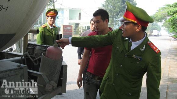 Cháy xe chở gas..., bình đâu ra mà chữa (?!) ảnh 10