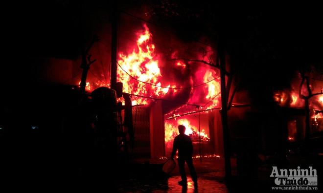 Cháy dữ dội ven Quốc lộ 6 ảnh 1