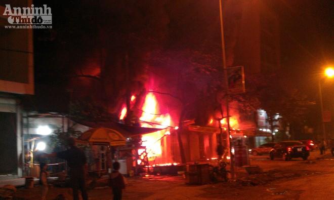 Cháy dữ dội ven Quốc lộ 6 ảnh 2