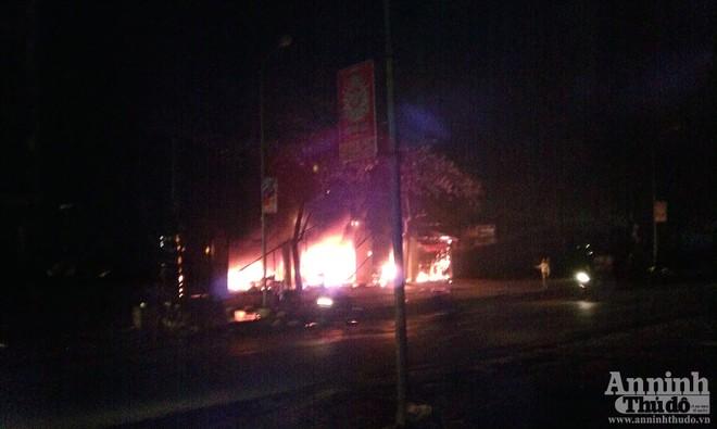 Cháy dữ dội ven Quốc lộ 6 ảnh 3