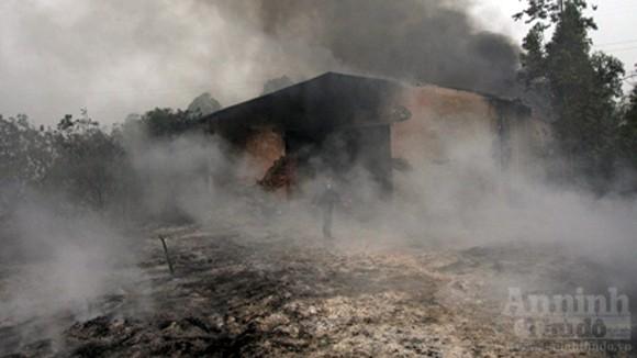 """Hàng trăm mét xưởng phế liệu cháy rụi ngày """"Cá tháng Tư"""""""