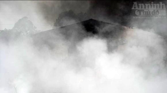 """Hàng trăm mét xưởng phế liệu cháy rụi ngày """"Cá tháng Tư"""" ảnh 6"""