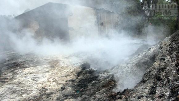 """Hàng trăm mét xưởng phế liệu cháy rụi ngày """"Cá tháng Tư"""" ảnh 7"""