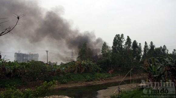 """Hàng trăm mét xưởng phế liệu cháy rụi ngày """"Cá tháng Tư"""" ảnh 2"""