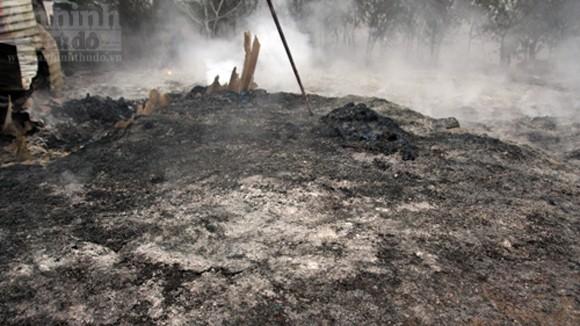 """Hàng trăm mét xưởng phế liệu cháy rụi ngày """"Cá tháng Tư"""" ảnh 10"""