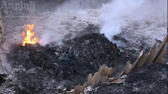"""Hàng trăm mét xưởng phế liệu cháy rụi ngày """"Cá tháng Tư"""" ảnh 8"""