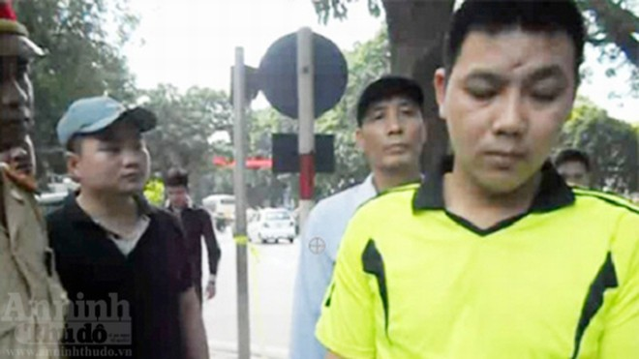 Bắt giam đối tượng lăng mạ, chống đối cảnh sát