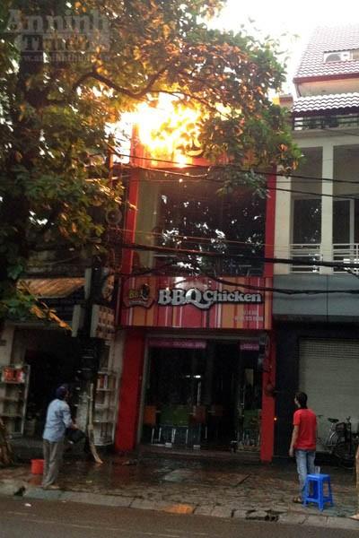 Cháy cửa hàng BBQ Chicken trên phố Lò Đúc