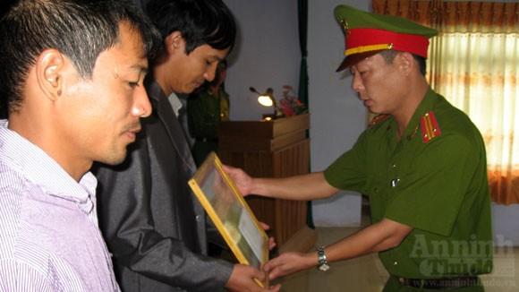 Khen thưởng 3 công dân dũng cảm, cứu chữa hỏa hoạn