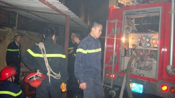 Hàng trăm người cứu kho hàng cháy đùng đùng đêm 26 Tết ảnh 3