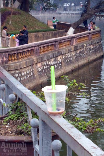 Công viên Thủ lệ xấu xí ngày Tết... vì rác ảnh 5