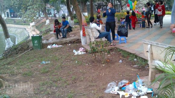Công viên Thủ lệ xấu xí ngày Tết... vì rác ảnh 9