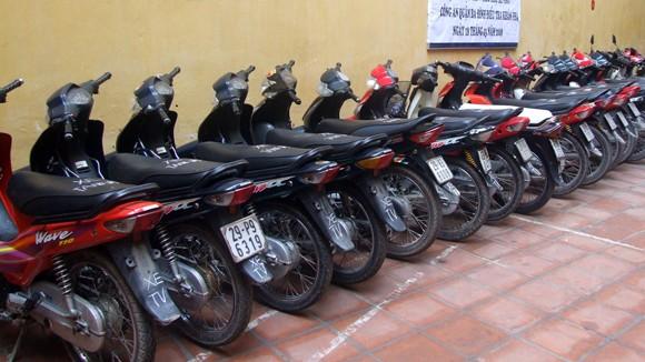 Ba chiếc xe máy đang chờ chủ nhân đến nhận ảnh 1