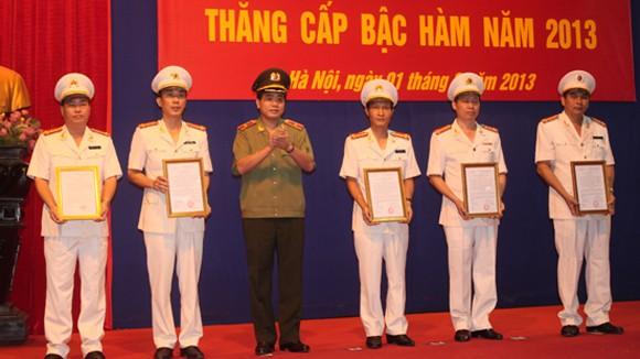 Trên 5.500 sỹ quan, CBCS Công an Hà Nội được thăng cấp bậc hàm, nâng lương ảnh 2
