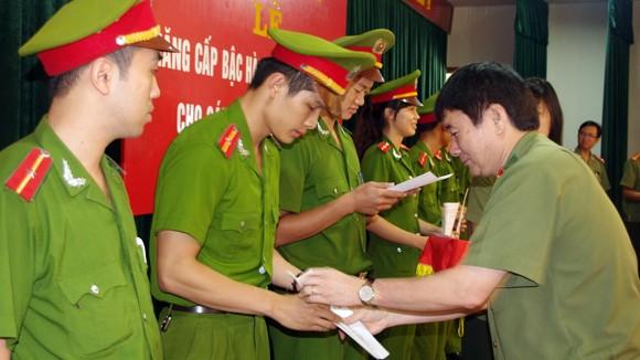 CAQ Hoàng Mai: 200 CBCS được thăng cấp bậc hàm, nâng lương ảnh 1