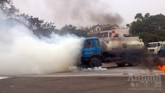 Xe thang hiện đại nhất Hà Nội tập chữa cháy xe chở xăng ảnh 2