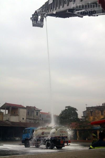 Xe thang hiện đại nhất Hà Nội tập chữa cháy xe chở xăng ảnh 14
