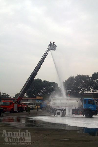Xe thang hiện đại nhất Hà Nội tập chữa cháy xe chở xăng ảnh 12