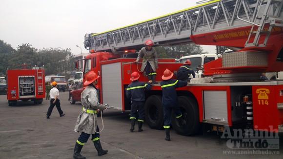 Xe thang hiện đại nhất Hà Nội tập chữa cháy xe chở xăng ảnh 5
