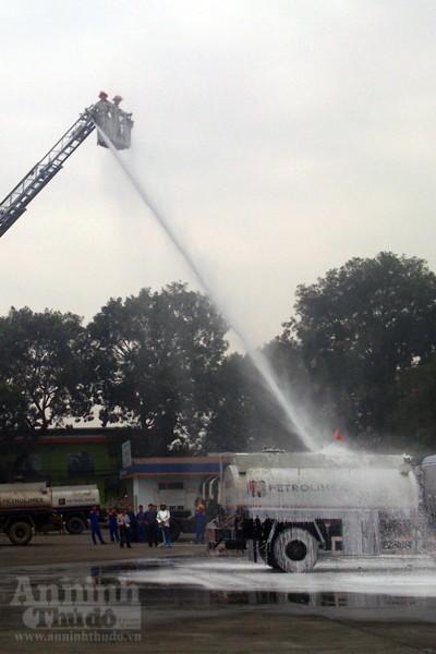 Xe thang hiện đại nhất Hà Nội tập chữa cháy xe chở xăng ảnh 15