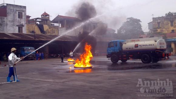 Xe thang hiện đại nhất Hà Nội tập chữa cháy xe chở xăng ảnh 3